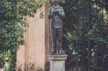skulpt berniukas su batu